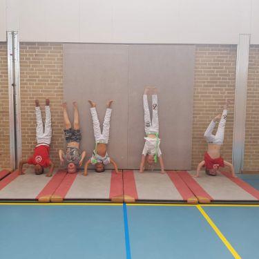 Capoeira speelse jeugdtrainingen met acrobatiek, muziek en zelfverdediging